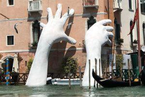 Lorenzo-Quinn-Hands