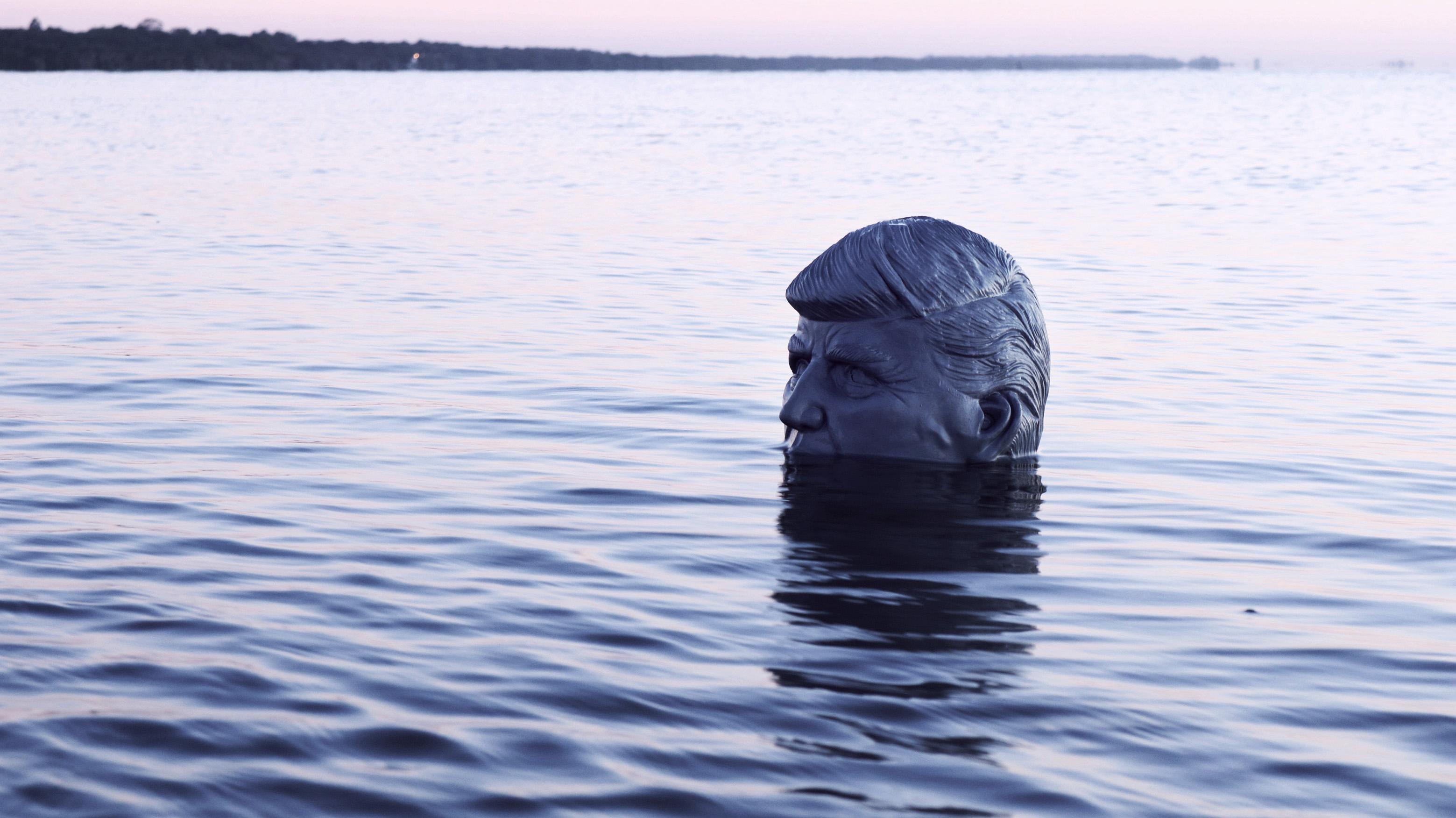 Eine Langsam Im Wasser Versinkende Donald Trump Skulptur
